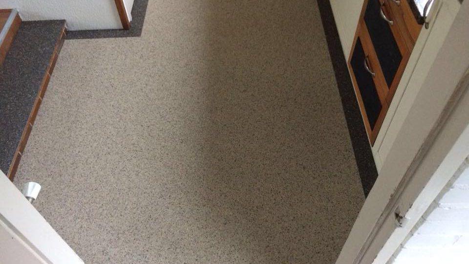 Grindvloer in hal met sierrand | Van Winkel vloeren